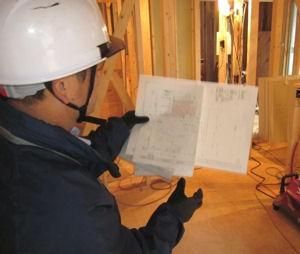 図面を見ながら住宅検査